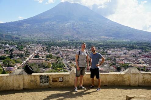 In Hintergrund der Vulkan Agua